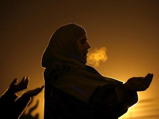کشمیر، یک زن مسلمان در حال ادای نماز، به مناسبت جشن های میلادنبی (ص)، سرینیگار