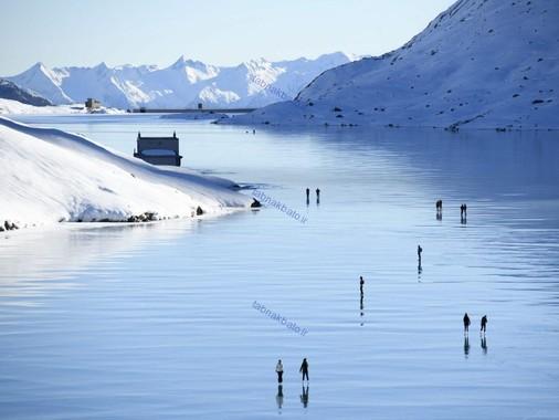 سوییس، گردشگران در حال تفریح در کنار دریاچه لاگوبیناکو در بوشیافو
