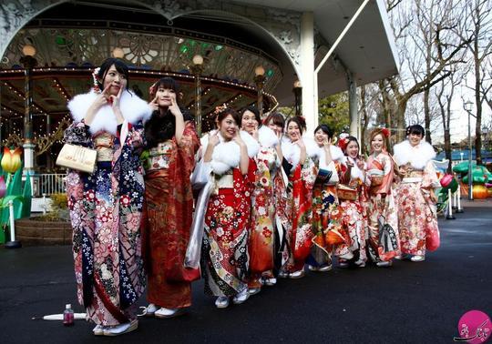 ژست جالب تعدادی از دختران ژاپنی کیمونو پوش برای انداختن عکس یادگاری در روز بلوغ. مکان: توکیو – ژاپن؛ عکاس: Kim Kyung Hoon