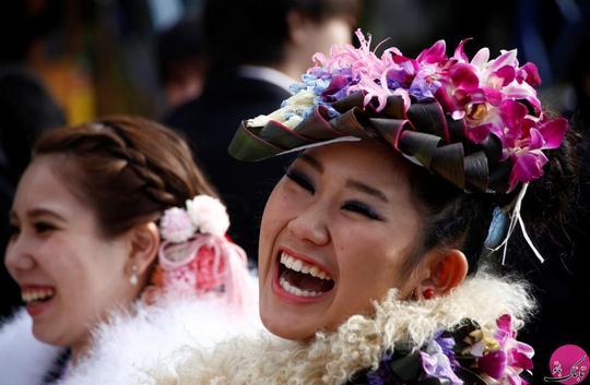 خنده ی دو دختر ژاپنی کیمونو پوش در جشن روز بلوغ. مکان: توکیو – ژاپن؛ عکاس: Kim Kyung Hoon