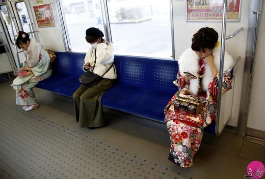 دختران کیمونو پوش سوار مترو شده اند تا خود را به این مراسم برسانند. مکان: توکیو – ژاپن؛ عکاس: Kim Kyung Hoon