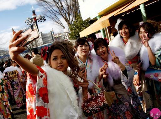 زنان ژاپنی با پوشش سنتی کیمونو در مراسم جشن این روز، در حال سلفی گرفتن از خود در یک پارک تفریحی هستند. مکان: توکیو – ژاپن؛ عکاس: Kim Kyung Hoon