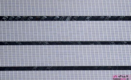 پنل های خورشیدی قابل مشاهده روی یک پارکینگ خودرو در مونتن ویو؛ عکس هوایی از Noah Berger