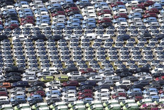 خودروهای هوشمند نیسان لیف (Nissan Leaf) و سایر وسایل نقلیه در پارکینگی واقع در هیوارد؛ عکس هوایی از Noah Berger
