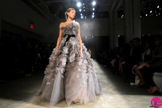یک مدل و مانکن در حال نمایش لباس طراحی شده توسط مارچسا (Marchesa)؛ عکاس: Andrew Kelly