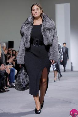 مدل زن خانم اشلی گراهام (Ashley Graham) در حال نمایش یکی از لباس های مایکل کورس (Michael Kors)؛ عکاس: Andrew Kelly
