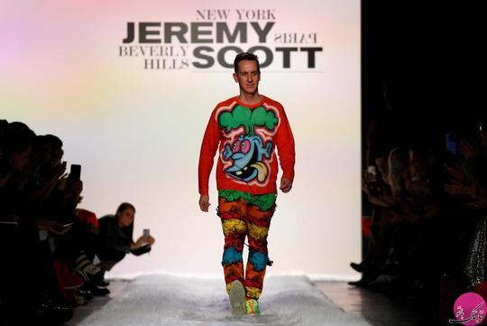 ورود طراح لباس آقای جرمی اسکات (؛ عکاس: Brendan McDermid) به روی رانوی؛ عکاس: Brendan McDermid