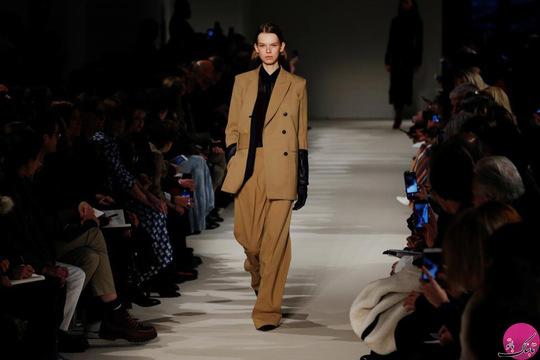یک مدل در حال ارائه لباس جدید ویکتوریا بکهام (Victoria Beckham)؛ عکاس: Lucas Jackson