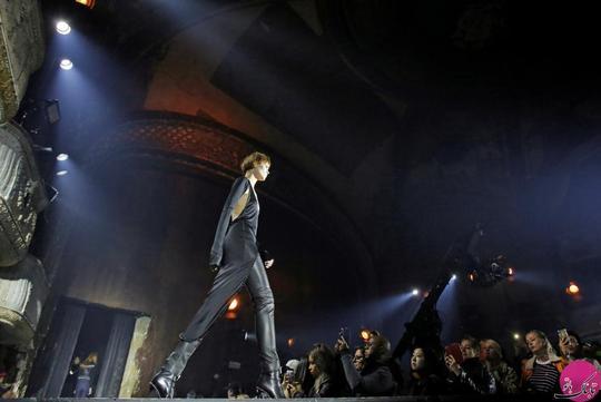 یک مدل دیگر در حال نمایش لباس الکساندر وانگ (Alexander Wang) روی رانوی؛ عکاس: Andrew Kelly