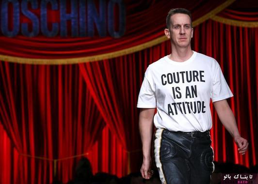 جرمی اسکات، طراح لباس در پایان فشن شوی برند موشینو (Moschino) مورد تشویق قرار می گیرد