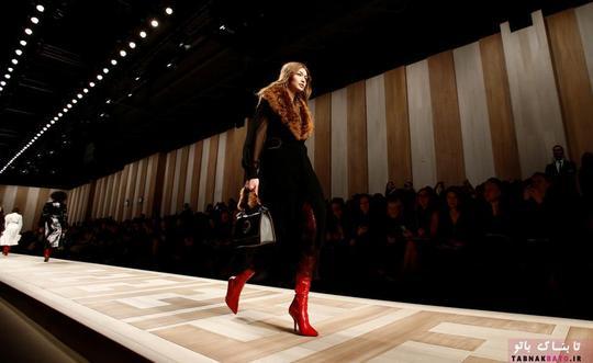 جی جی حدید در حال ارائه یکی از لباس های برند فندی (Fendi)