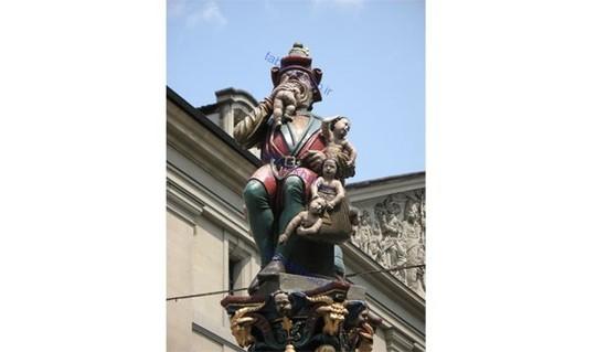 در شهر برن سوئیس مجسمه عجیبی وجود دارد. مجسمه مردی که نوزادان شیرخواره را می خورد. این مجسمه از ۵۰۰ سال پیش در این شهر قرار داده شده است و هیچ کس نمی داند چرا ؟!