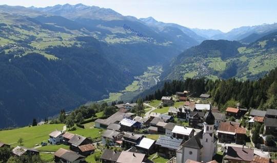ارتش سوئیس در تعدادی از روستاهای این کشور، انبارهای سلاح  دارد که از دوردست شبیه خانه های روستایی مرسوم به چشم می خورند.