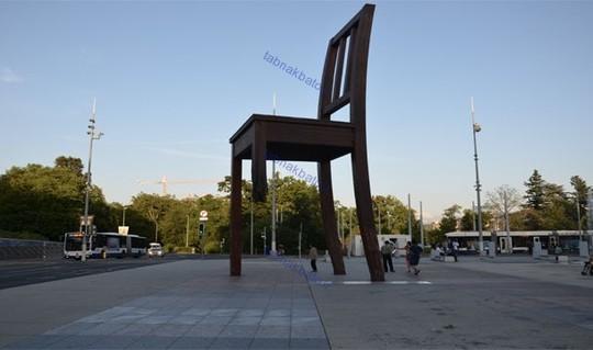 در مقابل مقر اروپائی سازمان ملل در ژنو یک صندلی شکسته وجود دارد که یک پایه ندارد. این مجسمه نمادی از معلولان جنگی قربانی مین گذاری و بمب ها هستند.