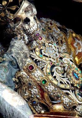 تصاویر اجساد قدیسین تزیین شده با طلا و جواهر