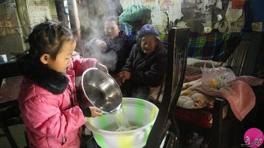 آنها در یک خانهی ساده در کوهستان زویین در جنوب غربی چین زندگی می کنند.