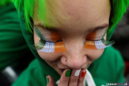 یک زن در راهپیمایی روز سنت پاتریک در شهر دوبلین