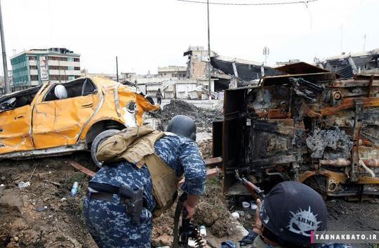 اعضای پلیس عراق، اسلحههای خود را به سمت مردی نشانه رفتهاند که فکر میشود از اعضای داعش باشد اما چند لحظه بعد، مشخص شد که در اشتباه بودند. این تصویر در زمان نبرد با داعش در منطقه باب البید در شهر موصل گرفته شده است.