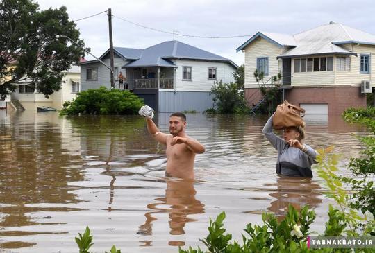 ساکنین محلی در شمال نیو سوث ولز در لیسمور استرالیا در حال ترک خانههای خود از میان سیلاب هستند. طغیان رودخانههای این منطقه، پس از بارشهای سنگین باران مرتبط با سایکلون دِبی یا همان طوفان موسمی دِبی رخ داده است.