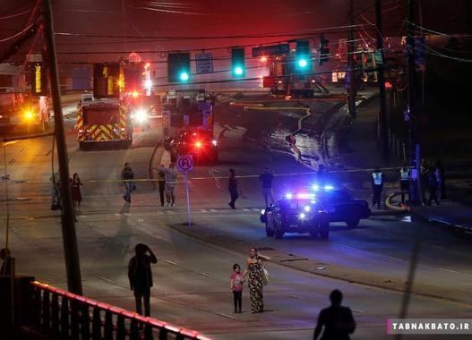 همزمان با کمکرسانی کارمندان اورژانس در صحنهی فرو ریزش پل در آی-85 شهر آتلانتیا، مردم در حال ترک صحنهی حادثه آتش سوزی هستند.