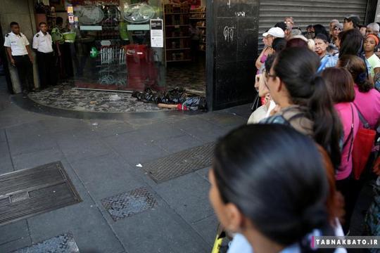 جسد یک مرد در مقابل درب ورودی یک سوپرمارکت در کاراکاس ونزوئلا. به گفتهی شاهدان، این مرد در حالی که در صف ایستاده بود و تلاش می کرد تا غذا و مایحتاج خود را بخرد، به زمین افتاد و جان سپرد.