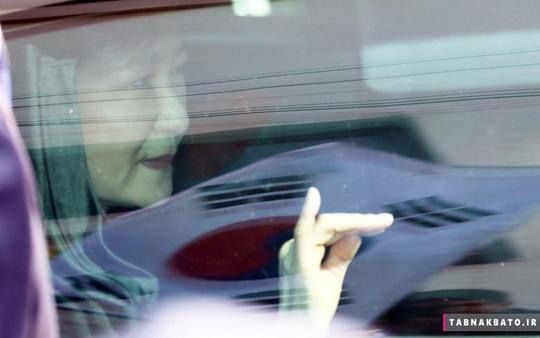 پارک گون-هه رئیس جمهور سابق کره جنوبی در هنگام ترک خانهی شخصی خود در سئول، از میان شیشه اتومبیل به بیرون نگاه میکند.