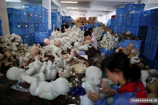 کارگران شاغل در کارخانهی صنایع دستی و هنری پارتی تایم لاتکس جینهوا در شهر جینهوای استان ژیچیانگ در کشور چین