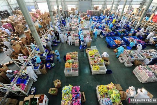 بسته بندی محصولات توسط کارمندان در ساعات اضافه کاری در یک کارخانه به مناسبت جشنواره خرید 11.11 در شهر تایکانگ استان جیانگسو در کشور چین