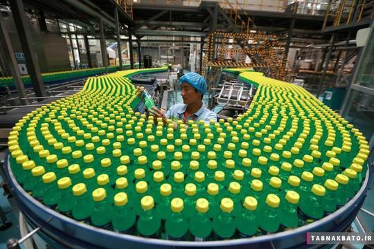 بررسی بطریهای آب معدنی توسط یک کارگر در خط تولید کارخانهای در شهر لوهه در استان هنان در کشور چین