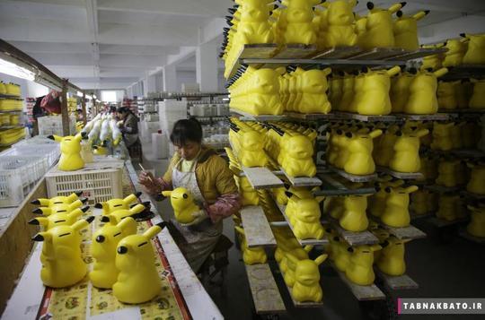 رنگآمیزی قلکهایی که به شکل شخصیت کارتونی پیکاچو در یک کارخانه سفالگری در شهر دهوای استان فوجیان چین تولید شدهاند
