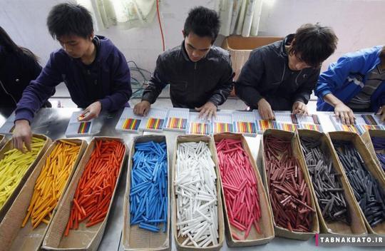 دستهبندی مدادهای شمعی توسط کارگران مهاجر در یک کارخانهی تولید اسباب بازی در دونگگوان استان گوانگدونگ چین