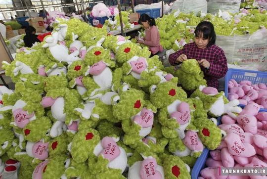 پر کردن عروسکهای صادراتی به اروپا و امریکا توسط کارمندان یک کارخانه اسباببازی سازی در لیانیونگانگ استان جیانگسو