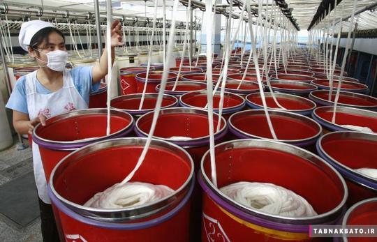کارگری در کارخانهی نساجی شهر سوئینینگ در استان جنوبی سیچوان چین