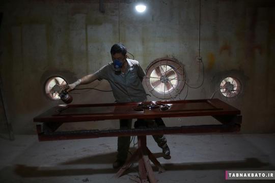 رنگآمیزی اسباب و اثاثیه چوبی در کارخانه چوب بلسان شهر ژیآن استان شانکسی چین