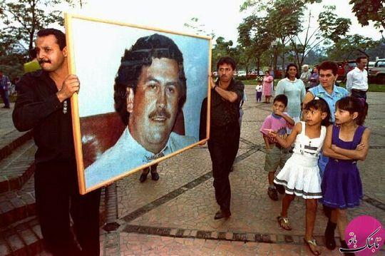 مردانی که عکس پابلو اسکوبار را در خیابانی در مدلین حمل می کنند، ۲ دسامبر ۱۹۹۴ میلادی