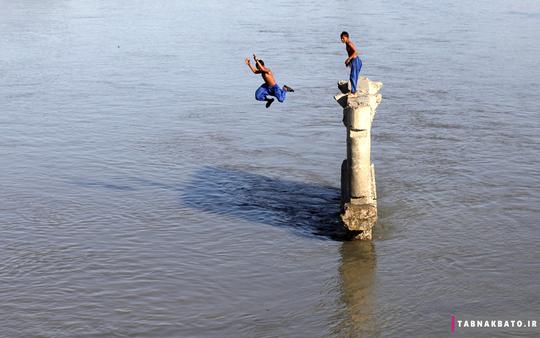 پرش دو نوجوان به درون رودخانه برای نجات از گرما، سردایاب، پیشاور