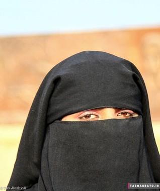 زن پا تانی که چهره اش زیر برقع پنهان است