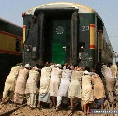 تصویر مردم در یک خط راه آهن، پا تان