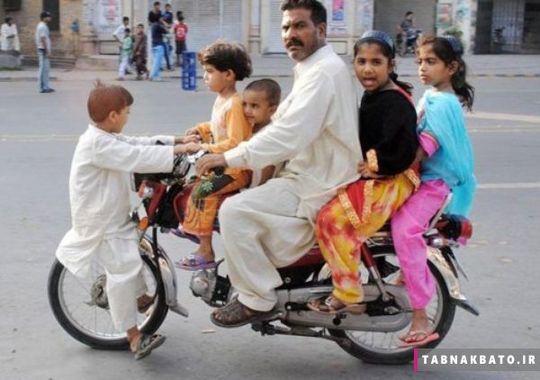 مردی سوار بر موتور همراه فرزندانش