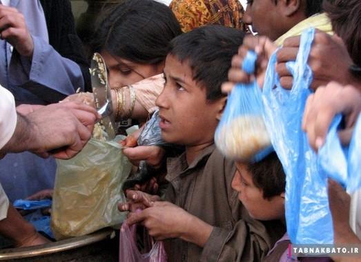 بچه های کار در پا تان در حال دریافت جیره غذایی