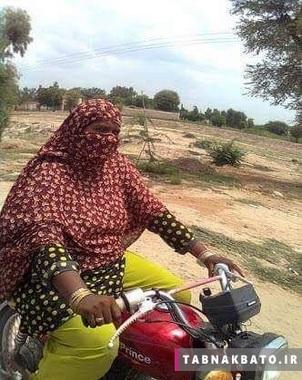 زن پا تانی در حال موتور سواری