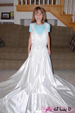 قشنگ ترین و حساس ترین لحظه وقتی بود که خانم یوروس متوجه شد که بند لباس عروس با اندازه شانه های دخترش مطابقت می کند، او با این عکس متوجه شد که دخترش واقعا بزرگ شده است