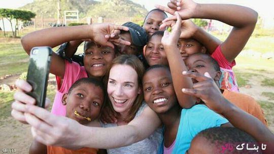 بازیگر لورا مین، در حال گرفتن عکس سلفی با کودکان لیسوتو