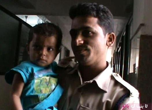 کودک پس از پیدا شدن در آغوش پلیس