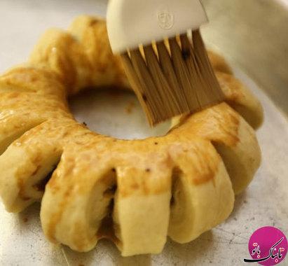 در این مرحله برای تزیین روی نان خرمایی، شیرو قهوهی فوری را با یکدیگر مخلوط کرده و از این مایه با قلمو روی نانخرماییها میمالیم.