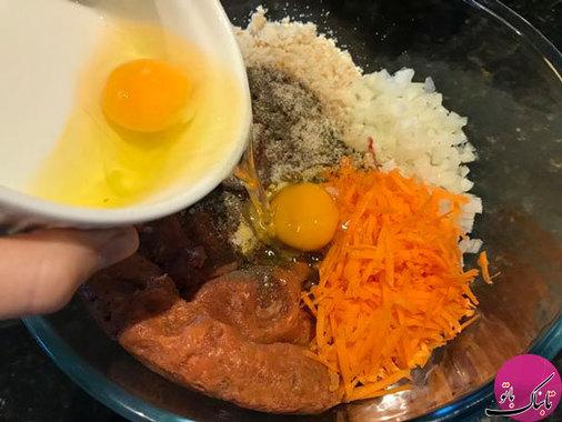 ابتدا گوشت، پیاز رنده شده، هویج رنده شده، رب گوجه و سویا سس را در ظرفی ریخته و خوب با یکدیگر مخلوط میکنیم در آخر تخم مرغ را به مواد اضافه میکنیم