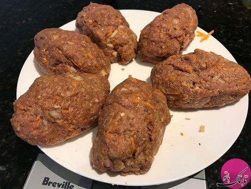 خمیر گوشتی به دست آمده را به شش قسمت مساوی تقسیم میکنیم