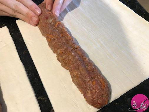 هر بخش از مواد گوشتی را به شکل رول درآورده و روی خمیر یوفکا قرار میدهیم