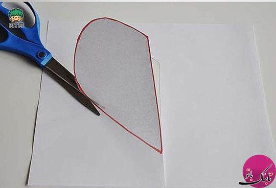 الگویی به شکل قلب در سه اندازهی بزرگ، کوچک و متوسط را روی کاغذ کشیده و برش میدهیم