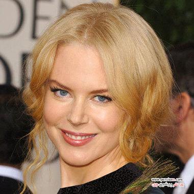 """2005 نیکول کیدمن با مدل مو جمع و بلوند در مراسم گلدن گلوب شرکت کرده است وی برای بازی در فیلم """"تولد"""" کاندید جایزه گلدن گلوب بود."""